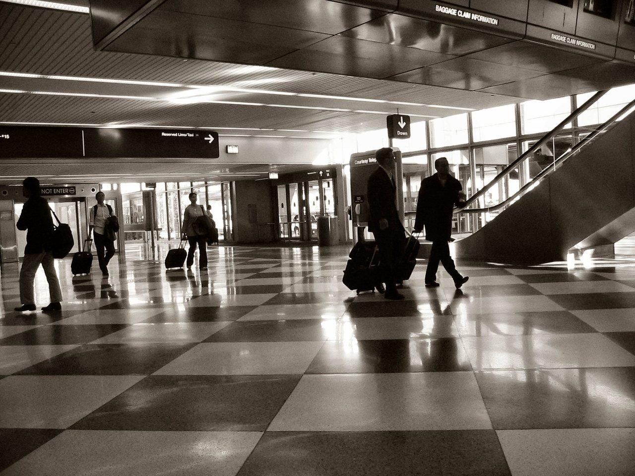 Consideraciones de seguridad cuando viaja solo